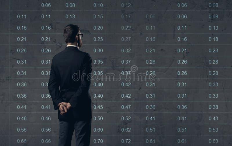 Homem de negócios que está sobre o fundo do diagrama Negócio, escritório, foto de stock