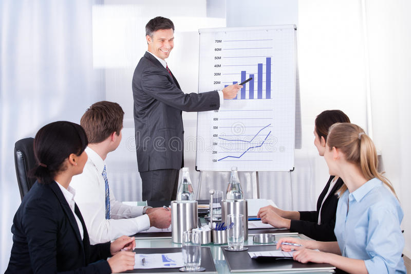 Homem de negócios que explica o gráfico fotografia de stock