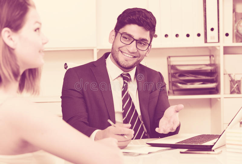 Homem de negócios que fala ao colega fotografia de stock