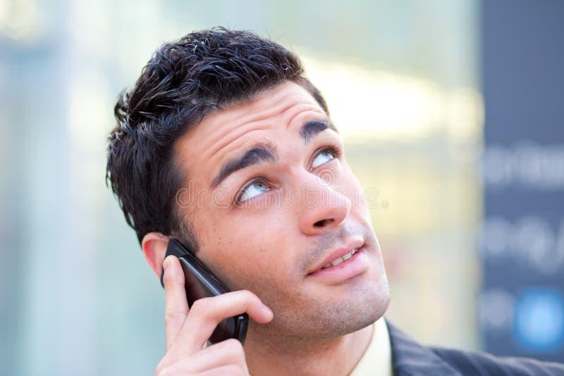 Homem de negócios que fala no móbil fotografia de stock royalty free