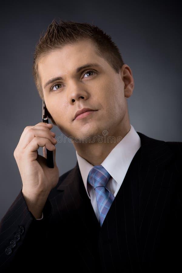 Homem de negócios que fala no móbil foto de stock royalty free