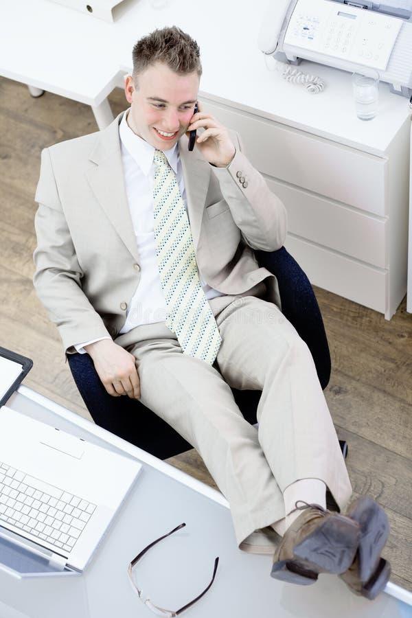 Homem de negócios que fala no móbil imagens de stock royalty free