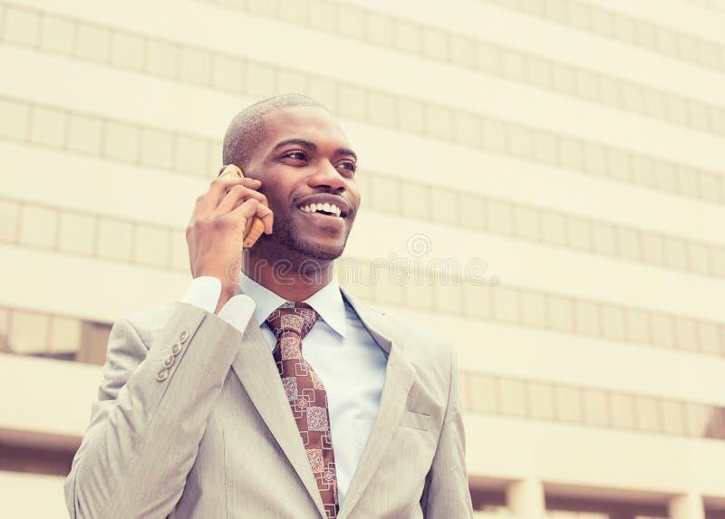 Homem de negócios que fala no telefone celular fora fotografia de stock