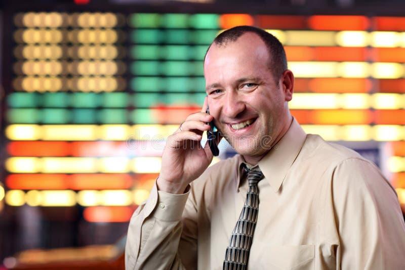 Homem de negócios que fala no telefone de pilha fotos de stock
