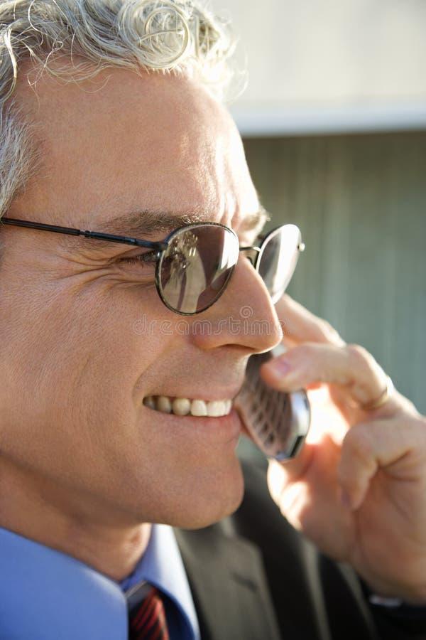 Homem de negócios que fala no telemóvel. fotografia de stock