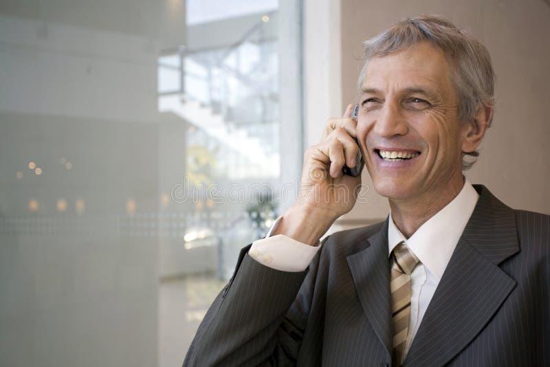 Homem de negócios que fala no telemóvel imagem de stock royalty free