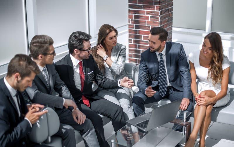 Homem de negócios que fala a sua equipe do negócio imagem de stock