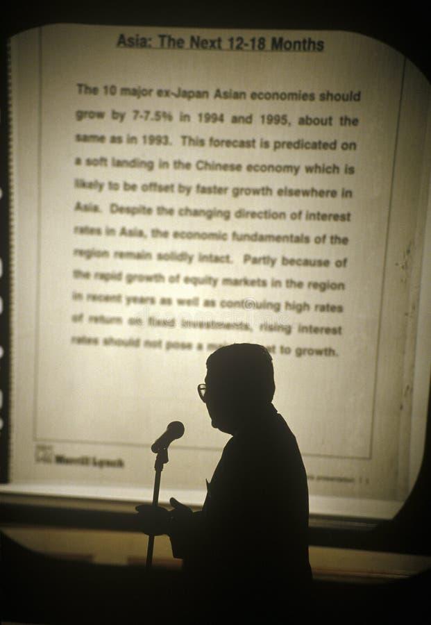 Homem de negócios que faz a apresentação na silhueta em Hong Kong imagem de stock