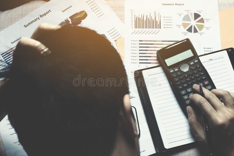 Homem de negócios que faz a finança e a dor de cabeça sobre o custo do problema fotos de stock royalty free