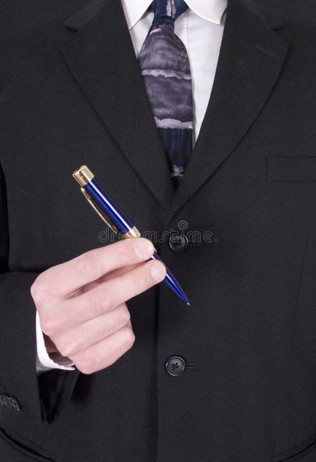 Homem de negócios que faz o negócio, contrato de assinatura com pena imagens de stock
