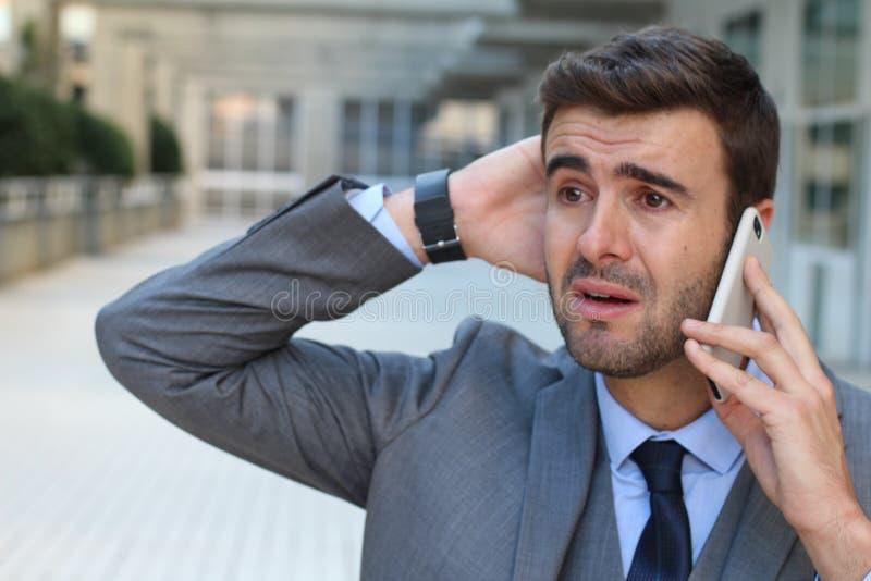 Homem de negócios que grita no telefone imagens de stock