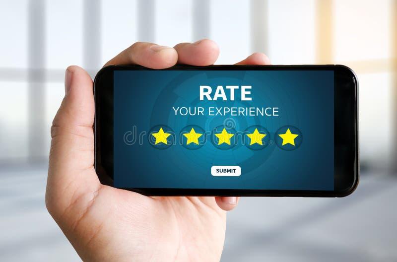 Homem de negócios que guarda a avaliação do aumento da revisão da avaliação de cinco estrelas ou fotos de stock royalty free