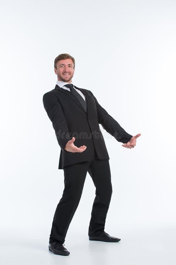 Homem de negócios que guarda a carga pesada na frente dele imagem de stock royalty free
