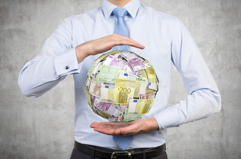 Homem de negócios que guarda a euro- bola do dinheiro foto de stock royalty free