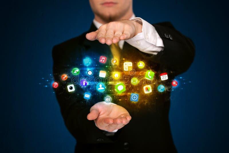 Homem de negócios que guarda a nuvem do ícone do app fotografia de stock