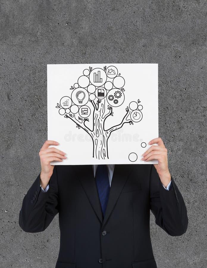 Homem de negócios que guarda o cartaz com árvore do dinheiro foto de stock