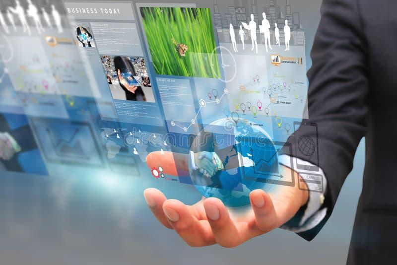 Homem de negócios que guarda o globo com a tela virtual do negócio imagem de stock
