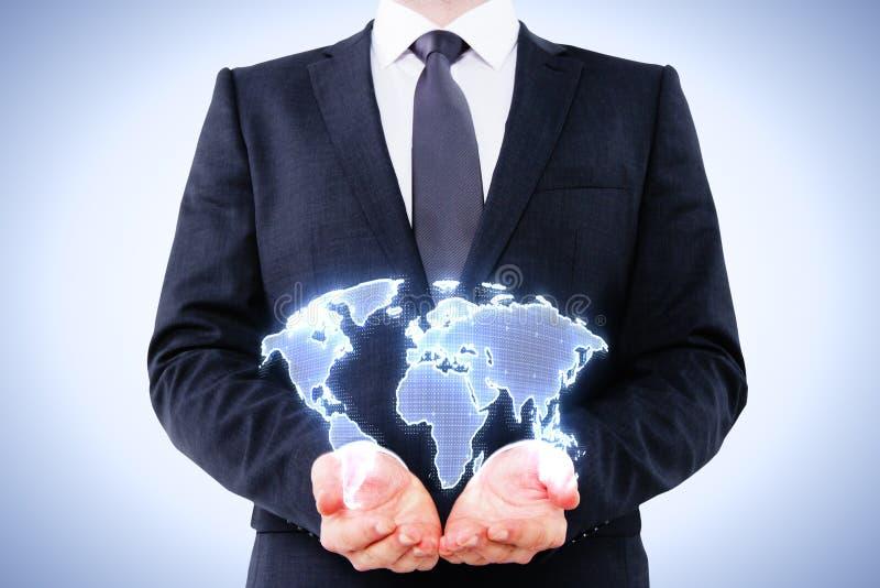 Homem de negócios que guarda o mapa digital imagens de stock