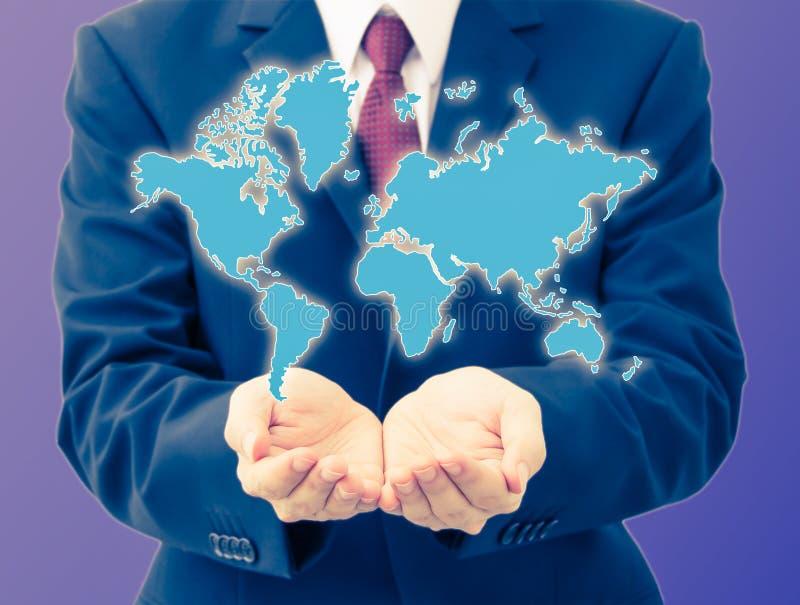 Homem de negócios que guarda o mapa do mundo imagem de stock royalty free
