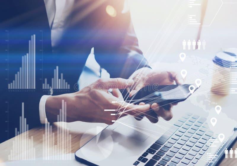 Homem de negócios que guarda o smartphone moderno nas mãos O conceito do diagrama digital, gráfico conecta, tela virtual, conexõe ilustração royalty free