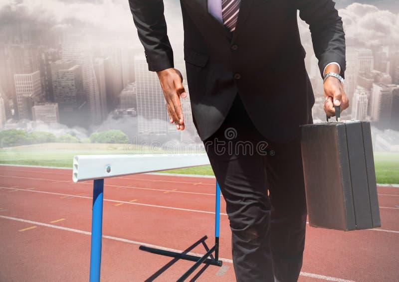 Homem de negócios que guarda a pasta e o corredor no autódromo fotos de stock royalty free
