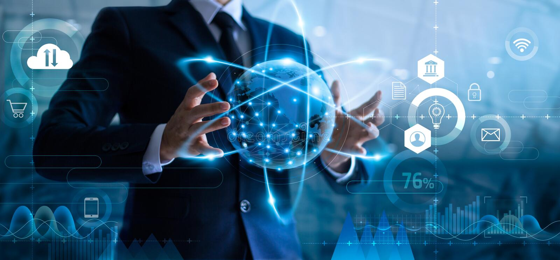 Homem de neg?cios que guarda a rede de dados global e que analisa dados das vendas e o crescimento econ?mico imagens de stock