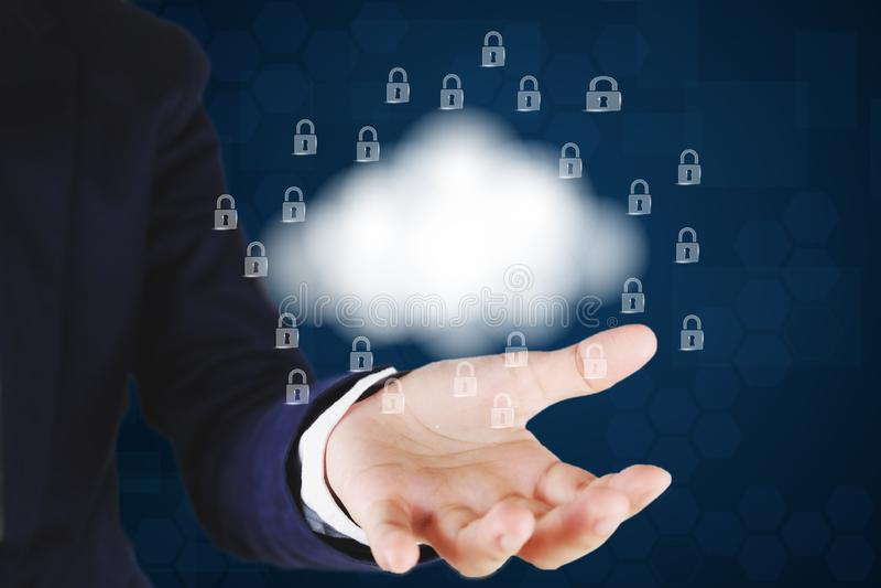 Homem de negócios que guarda um ícone da nuvem e do fechamento Computação da nuvem e conceito da segurança da rede ilustração stock