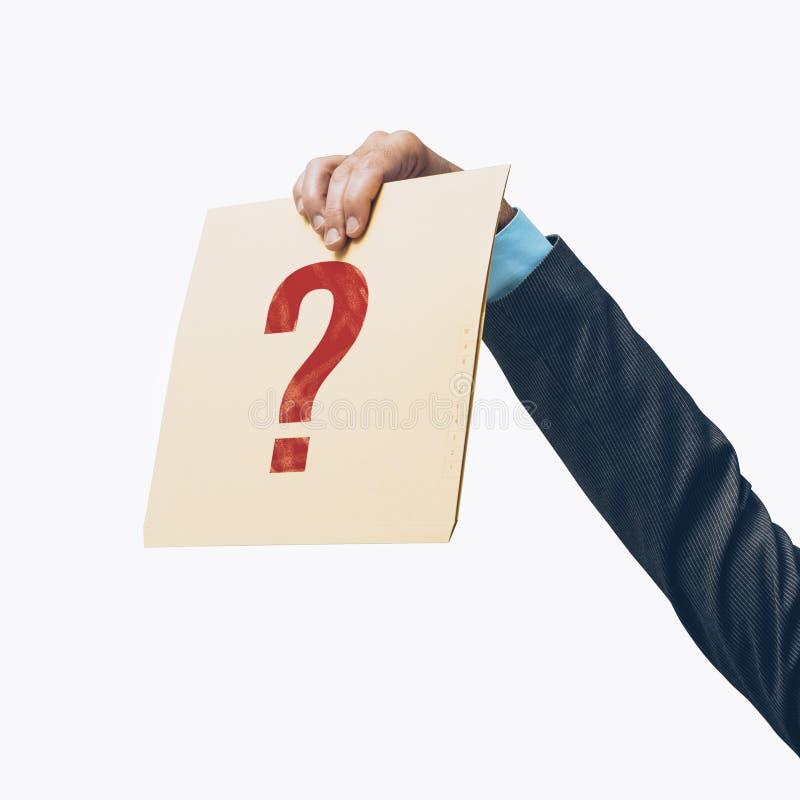 Homem de negócios que guarda um arquivo com um ponto de interrogação imagem de stock royalty free