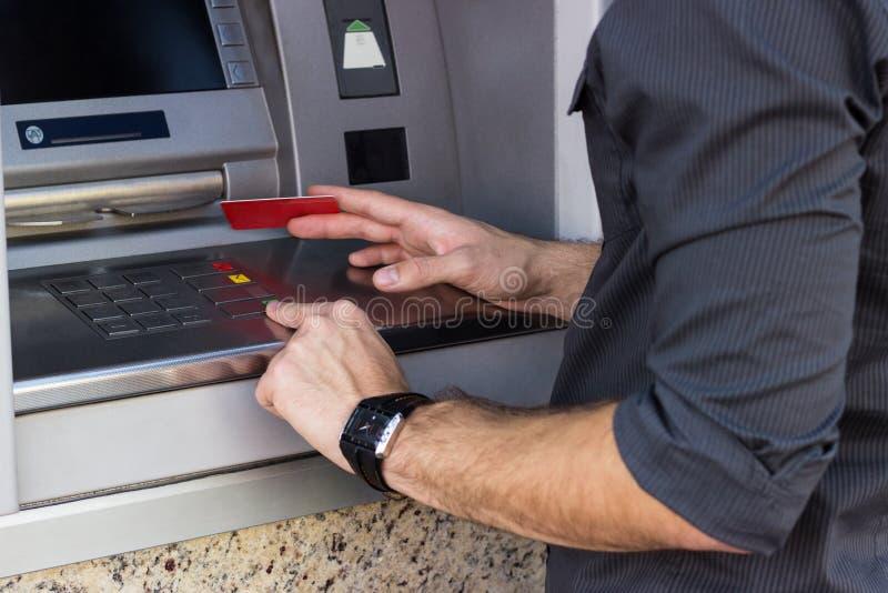 Homem de negócios que guarda um cartão de crédito fotografia de stock