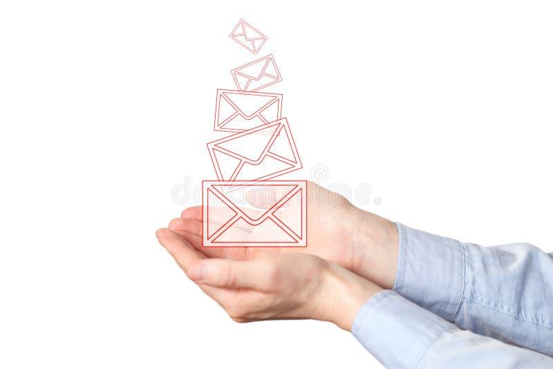 Homem de neg?cios que guarda um conceito virtual para o e-mail, comunica??es globais do envelope ?cones da letra do correio nas m fotografia de stock