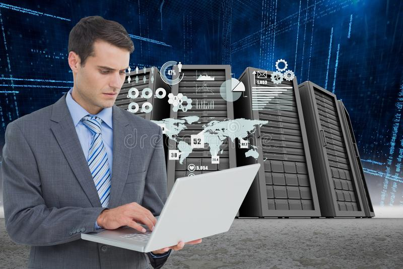 Homem de negócios que guarda um portátil em um centro de dados foto de stock