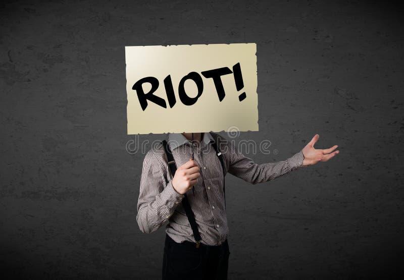 Homem de negócios que guarda um sinal do protesto imagem de stock