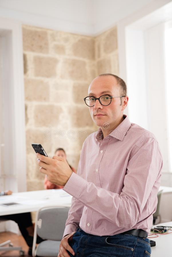 Homem de negócios que guarda um telefone celular que anticipa fotos de stock royalty free
