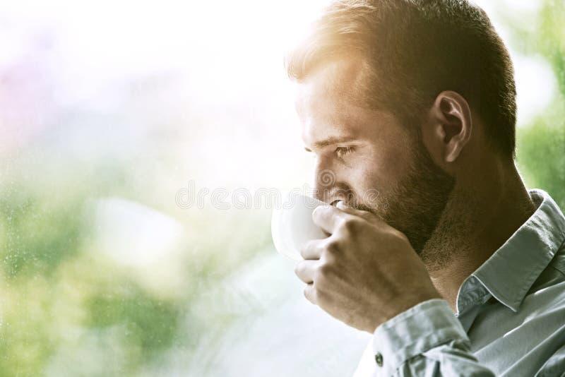 homem de negócios que guarda a xícara de café da manhã fotos de stock royalty free
