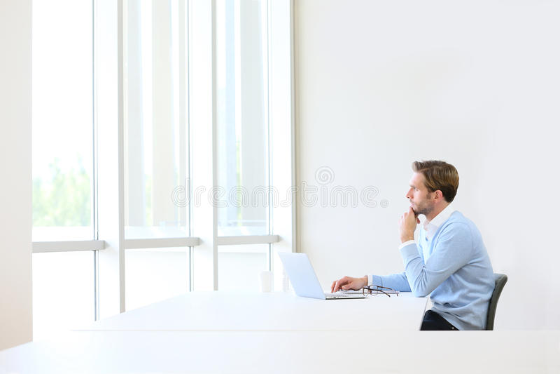 Homem de negócios que imagina o conceito novo do negócio foto de stock