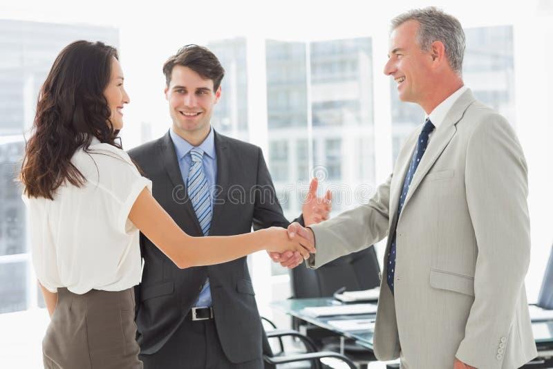 Homem de negócios que introduz colegas fotografia de stock