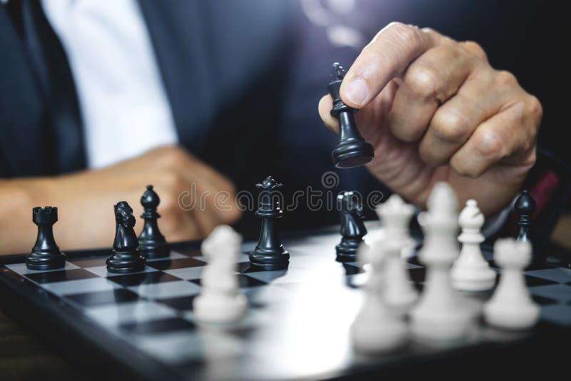 Homem de negócios que joga a estratégia da xadrez e de pensamento sobre o impacto sobre imagens de stock royalty free