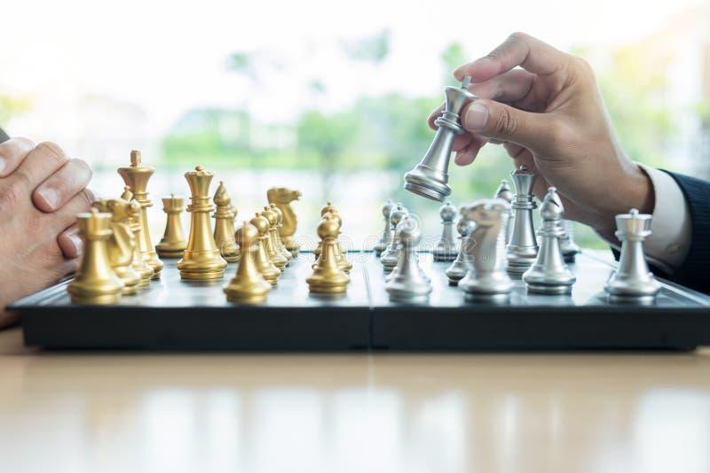 homem de negócios que joga figuras do jogo de xadrez na tabela de madeira para o plano novo da estratégia da análise, o líder da  fotografia de stock