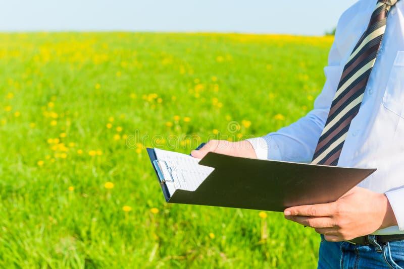 Homem de negócios que lê originais financeiros fotografia de stock royalty free