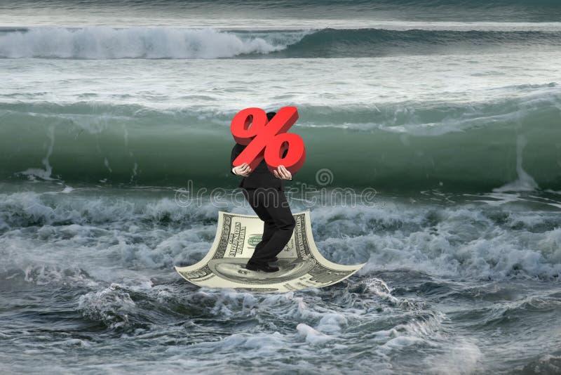 Download Homem De Negócios Que Leva A Porcentagem 3D No Barco Do Dinheiro Com W Próximo Foto de Stock - Imagem de disconto, crédito: 65581064