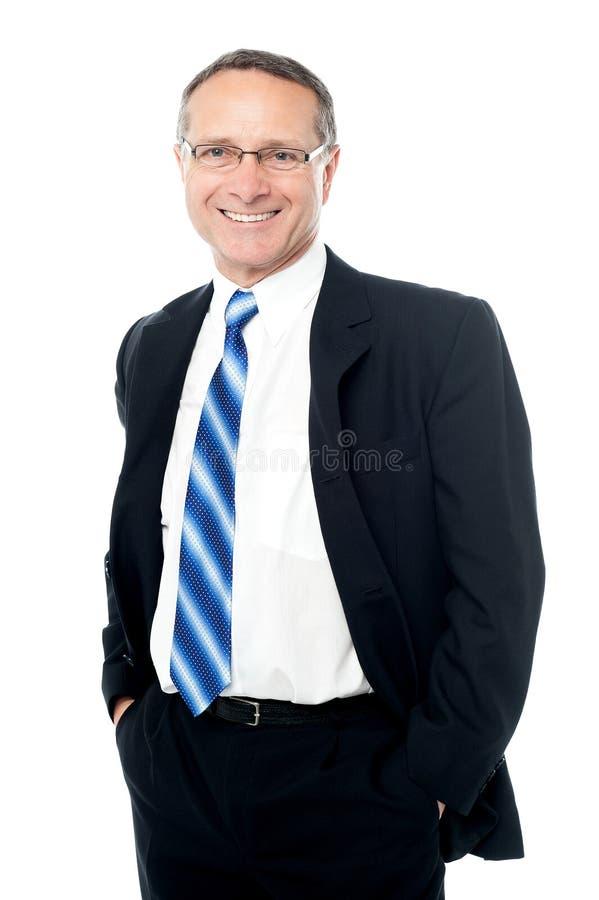 Homem de negócios que levanta com mãos em uns bolsos imagem de stock