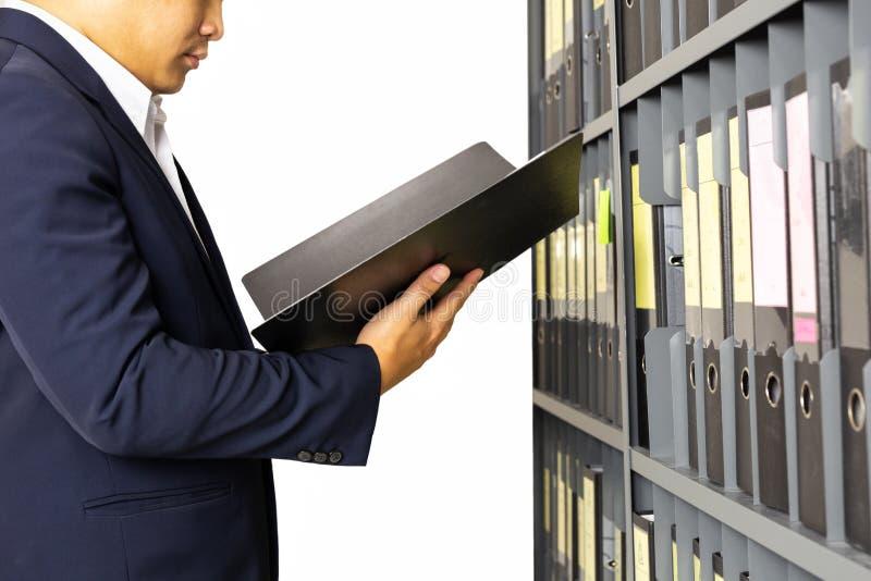 Homem de negócios que mantém a pasta de arquivos dos documentos da prateleira do escritório isolada foto de stock royalty free