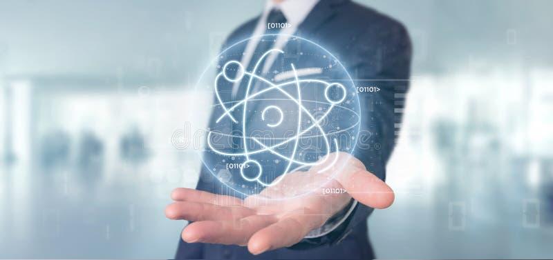 Homem de negócios que mantém um ícone do átomo cercado por dados foto de stock
