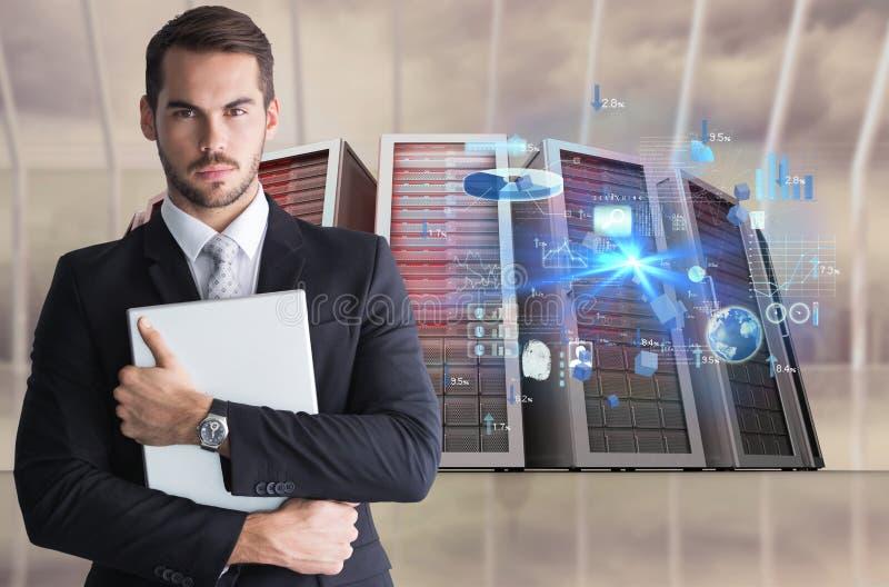 Homem de negócios que mantém um portátil contra o fundo do base de dados fotografia de stock