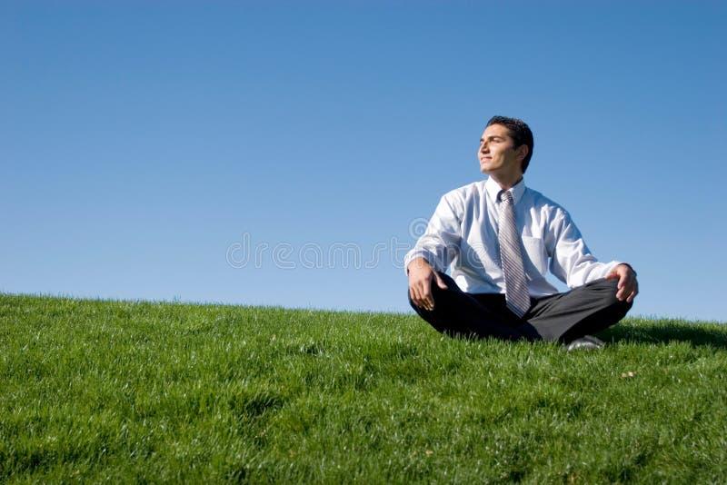 Homem de negócios que meditating imagem de stock