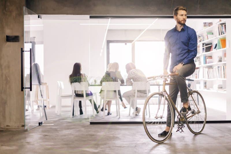 Homem de negócios que monta uma bicicleta fotos de stock
