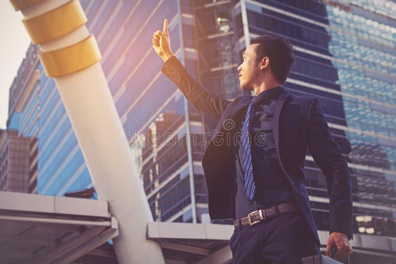Homem de negócios que mostra apontar acima do dedo foto de stock royalty free