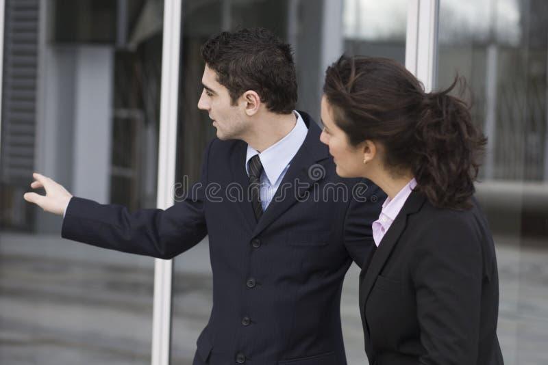 Homem de negócios que mostra a maneira imagens de stock