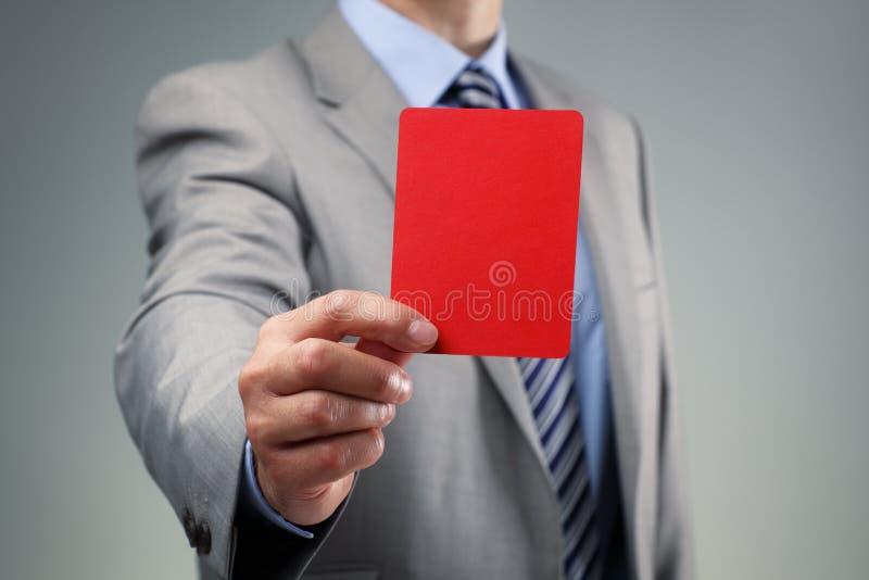 Homem de negócios que mostra o cartão vermelho fotos de stock royalty free