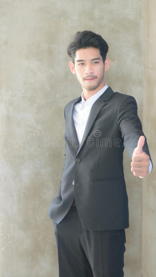 Homem de negócios que mostra os polegares acima foto de stock royalty free